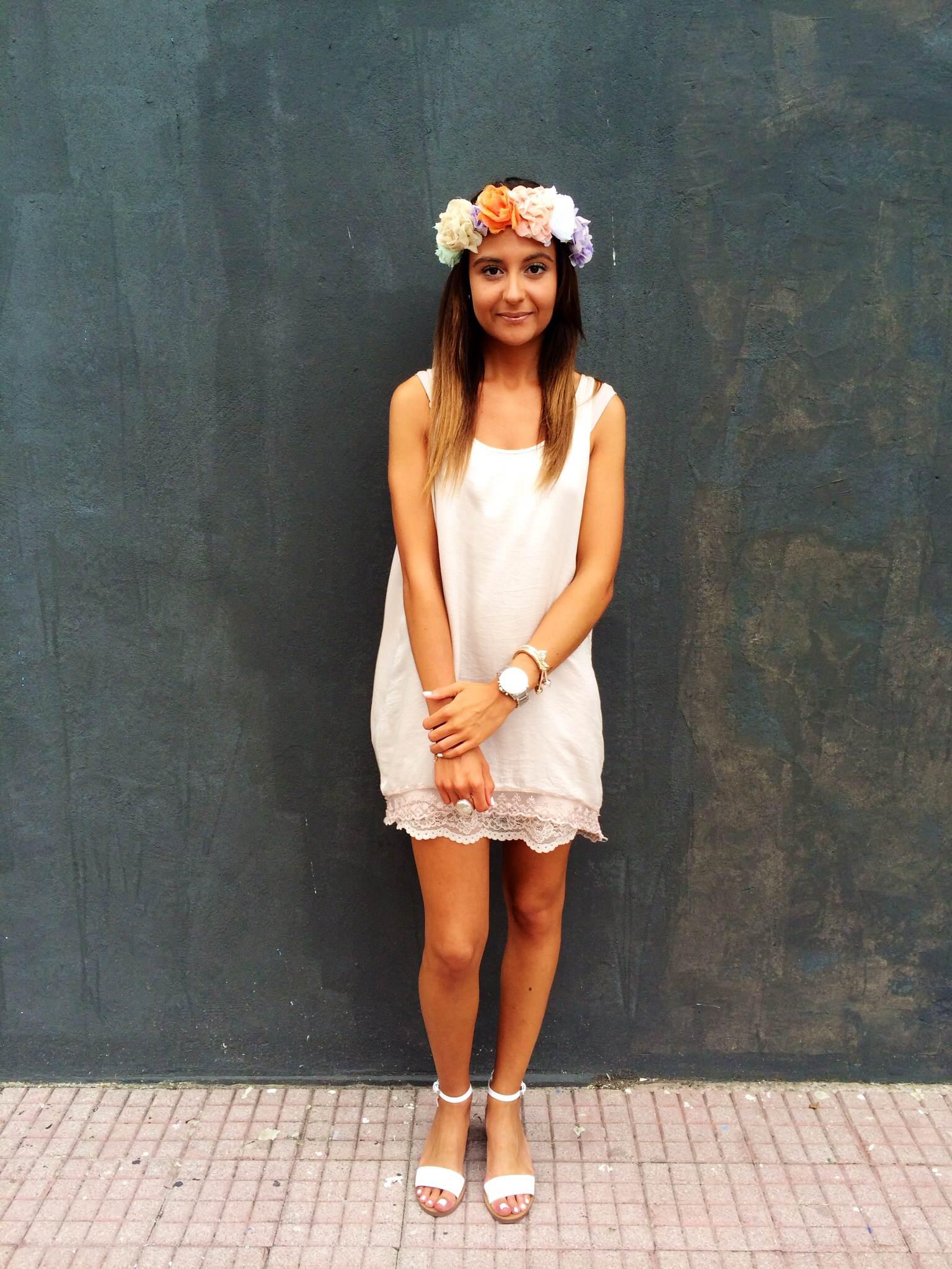 Vestido (El Indio), Diadema floral y sandalias (Zara)